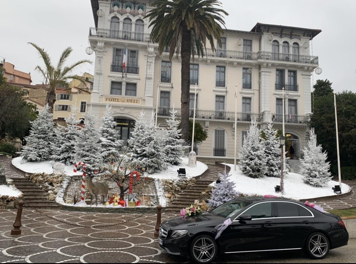 Attente des mariés devant la mairie de Cannes